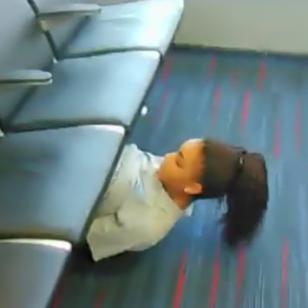 ¡Esta joven pasa debajo de unos asientos jugando 'limbo'! [VIDEO]