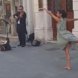 Joven sorprende a transeúntes con este peculiar baile [VIDEO]
