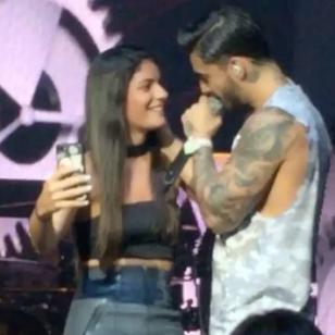 ¡Maluma volvió a besar a una fan en concierto! ¿De quién se trató? [FOTOS Y VIDEOS]