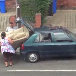 ¡Mira a estas personas tratar de meter un sofá grande en un auto pequeño! (VIDEO)