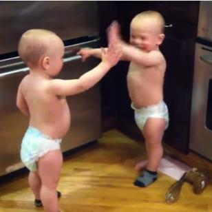 ¡Mira a estos bebés gemelos tener una amena conversación en su 'idioma'! [VIDEO]
