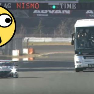 ¿Cómo sería ver una carrera de autos desde un bus? [VIDEO]