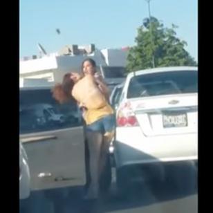 ¡No solo la golpeó, sino que la desnudó en plena vía pública por...!