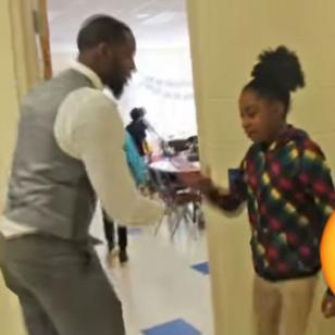 ¡Este profesor tiene un saludo especial para cada alumno! [VIDEO]