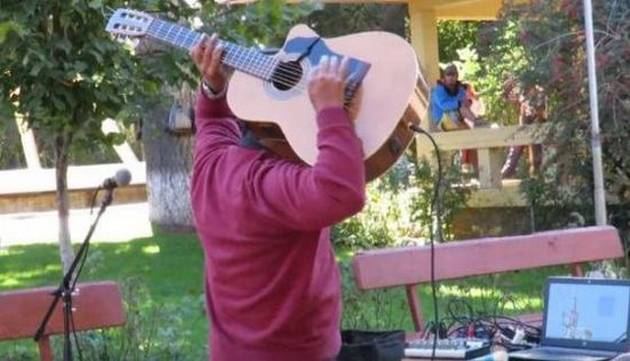 ¡Asuuuu! Conoce al Jimi Hendrix de la guitarra acústica