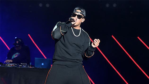Abuelita se deja llevar por el ritmo de 'Que tire pa' lante' de Daddy Yankee