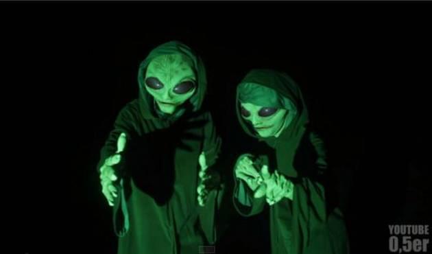 Broma de invasión alienígena calienta previa de Halloween