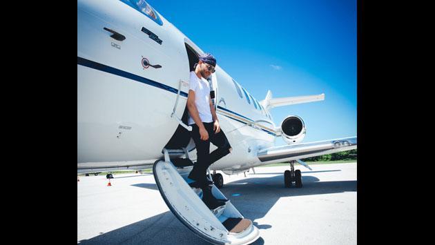 Así fue la llegada de Prince Royce a los Premios Heat 2017 en su jet privado [FOTOS Y VIDEO]