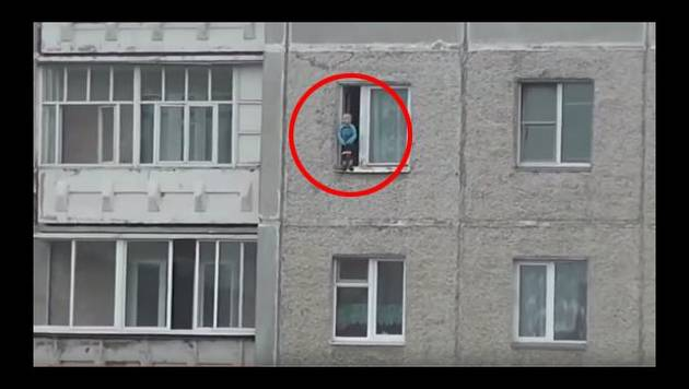 Niño de 2 años se tambalea en ventana de octavo piso en Rusia [Video]