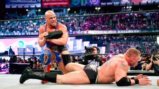 Brock Lesnar y Kurt Angle tuvieron una pelea real, tras los bastidores de WWE, y esto fue lo que pasó
