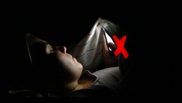 ¿Revisas tu celular un buen rato antes de dormir? Podría ser fatal para tu salud