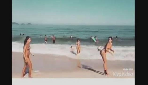 Hermosas chicas dominan la pelota en bikini