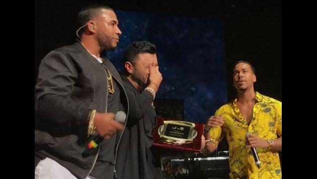 ¡Romeo Santos y Don Omar se volvieron a juntar para cantar 'Ella y yo'! [VIDEO]