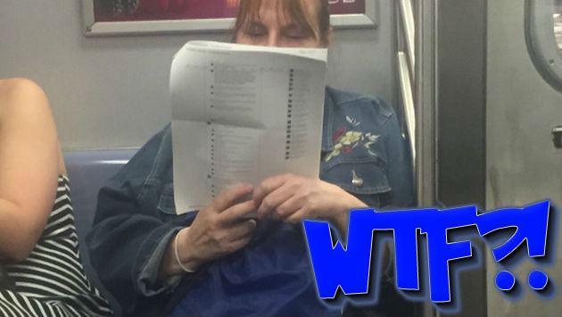 ¿Ves algo extraño en esta foto? Esta mujer fue captada en un tren leyendo...