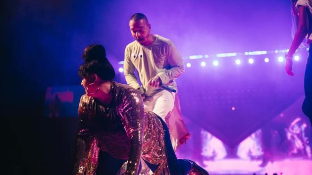 Fanáticas de J Balvin realizan sensual baile al colombiano en su último concierto