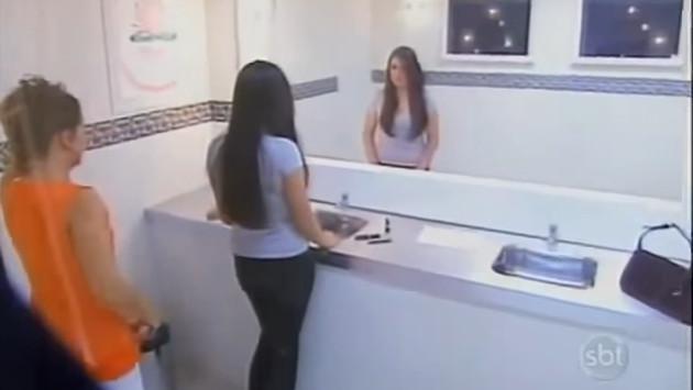 ¡Gemelas hacen broma a señoras al hacerles creer que no tienen reflejo en el espejo! [VIDEO]