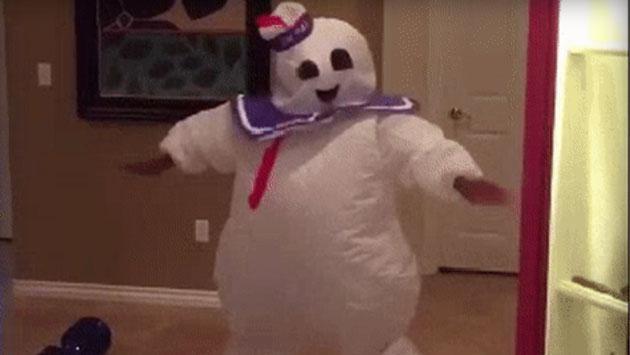 Su disfraz de Halloween  y el baile que se mandó lo volvieron viral [VIDEO]