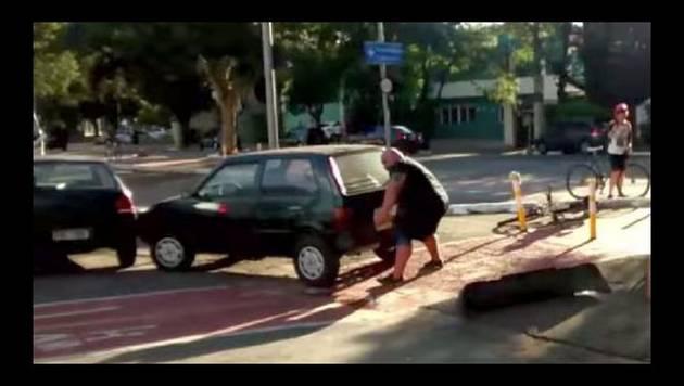 YouTube: Hombre movió un auto mal estacionado con sus propias manos