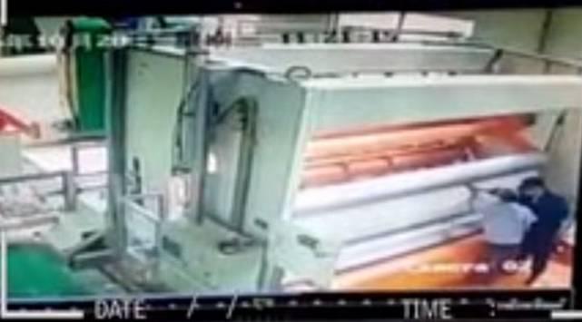 ¿Hombre fue 'tragado' por una máquina de imprenta?