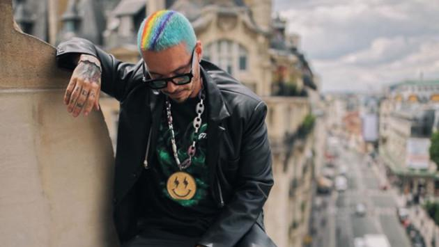 J Balvin luce este extravagante look en París por el mes del orgullo gay