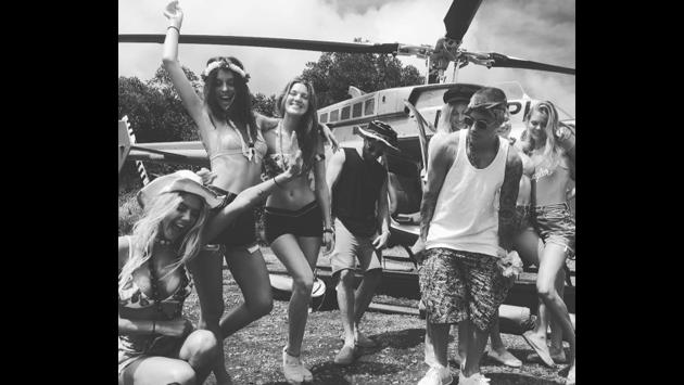 ¡Justin Bieber se pasea en helicóptero con jóvenes en bikini! [FOTOS]