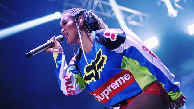 Karol G sufrió caída en el escenario mientras cantaba junto a Becky G