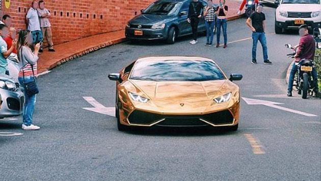 Kevin Roldán se roba todas las miradas mientras se pasea con su lujoso carro [FOTOS]