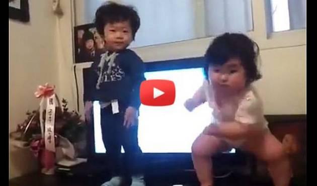 El baile de 2 bebés coreanos causa furor en internet