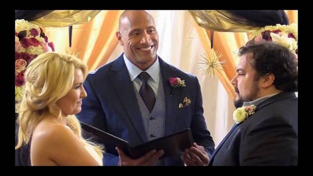 The Rock 'casó' a conocido suyo en elaborada sorpresa