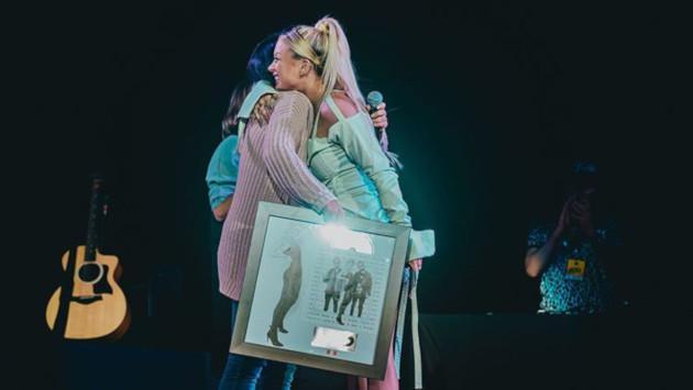 Leslie Shaw recibió Disco de Platino por 'Faldita' durante concierto en Lima