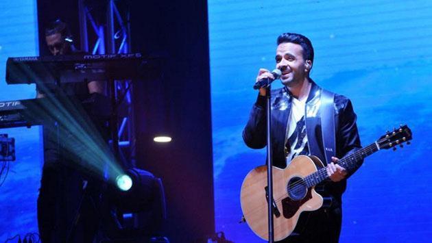 Luis Fonsi se 'convirtió' en Soda Stereo en pleno concierto [FOTOS]