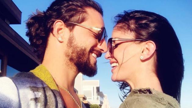 Maluma y su novia enseñan arreglo navideño con romántico beso