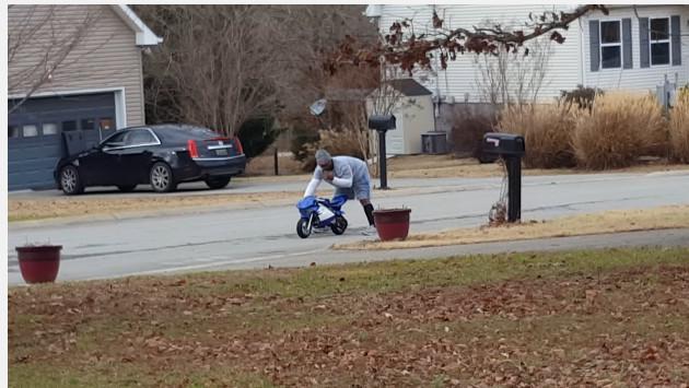 ¡Mira a este hombre subir a una moto de juguete! ¡Te divertirás! (VIDEO)