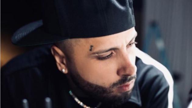 Nicky Jam vuelve a tatuarse el rostro