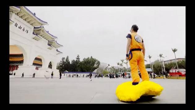 Se disfrazó de 'Gokú' y paseó con su 'nube voladora' por las calles de China