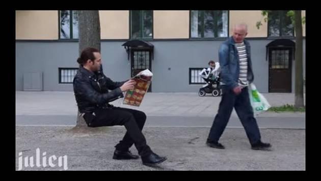 Hombre usa su 'silla invisible' y deja boquiabierto a más de uno