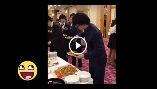 Esta técnica para comer en un buffet se volvió viral