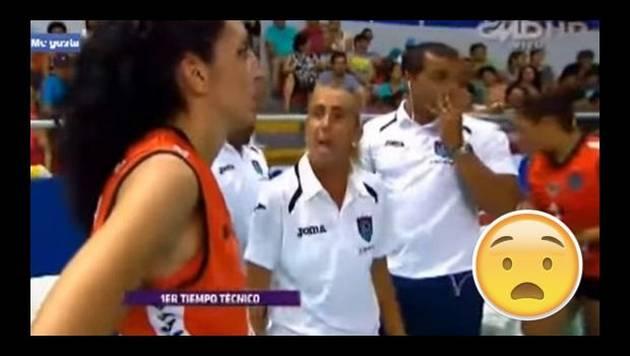 Natalia Málaga y una jugadora de voleibol se mecharon en pleno partido