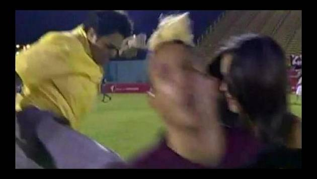 YouTube: futbolista recibe tremenda patada voladora