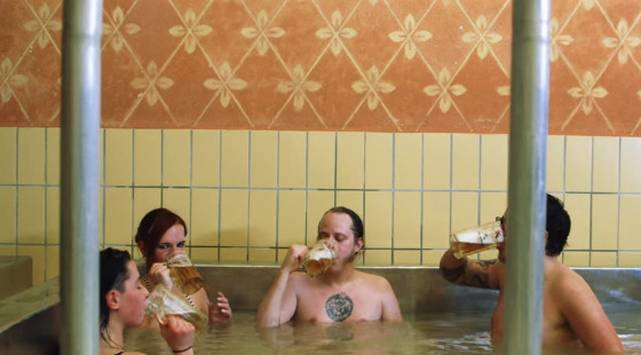 ¡Vas a querer meterte a esta piscina de cerveza este verano!