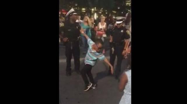 ¡Este niño retó a un policía a un duelo de baile y esto pasó!