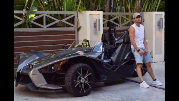 ¿Prince Royce le robó el auto a Batman? Mira estas fotos