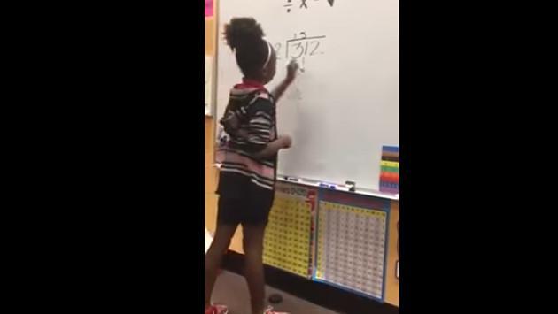 ¡Profesora enseña matemáticas con este novedoso método! [VIDEO]