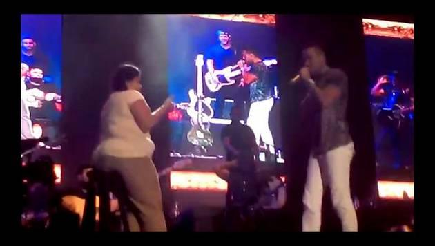 Romeo Santos besa a fanática en concierto en Lima