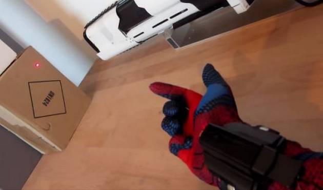 Fanático construye el lanzador de tela de araña de Spiderman