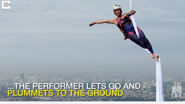 ¡Esta acróbata desafió a la muerte con una rutina a 300 metros de altura! [VIDEO]