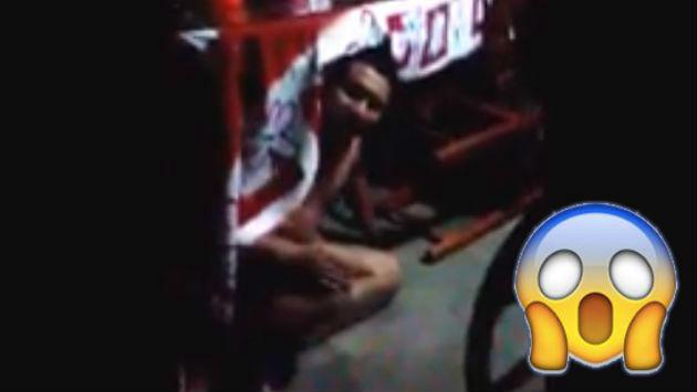 ¡Encontró al amante de su mujer desnudo bajo la mesa y así reaccionó!