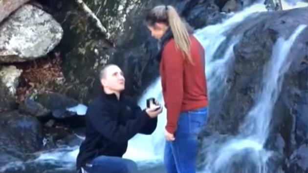Le pidió matrimonio en unas cascadas y todo salió mal [VIDEO]