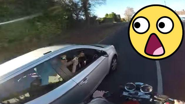 ¡Motociclista se vengó de conductor al que solo quiso ayudar! [VIDEO]