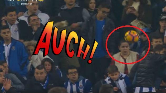 ¡Se olvidó del partido y fue sorprendida con un pelotazo en el rostro! [VIDEO]